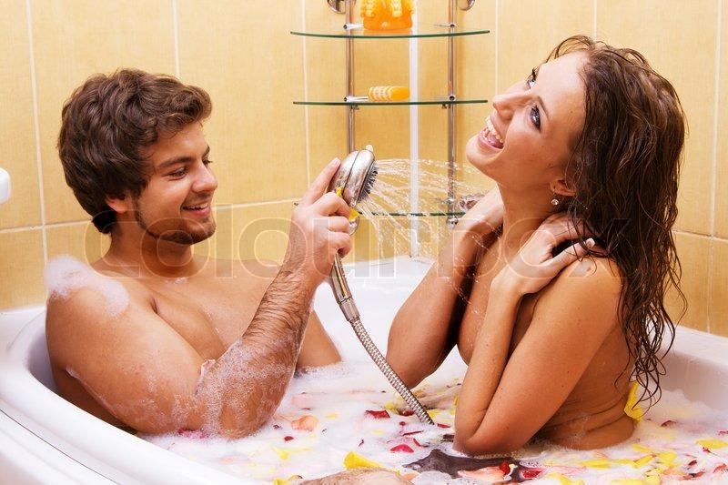 Молодая пара принимает душ и трахается на кровати  711240