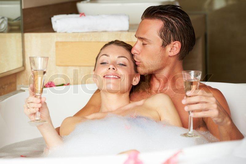 Девушка принимает ванну, попивая шампанское  258284