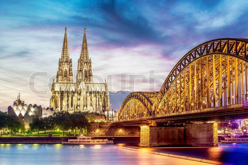 Beleuchtung Kölner Dom | Kolner Dom Beleuchtet Mit Rhein Und Brucke Bei Sonnenuntergang