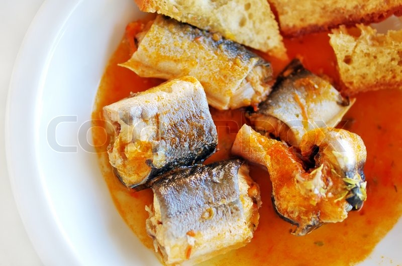 Stock image of 'Eel stew with tomato and toasted bread'