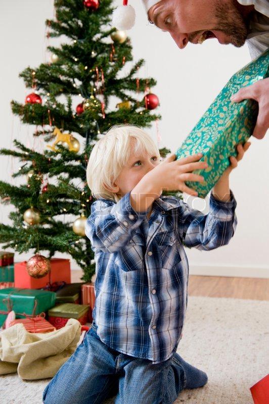 ein weihnachtsgeschenk von seinem vater empfangen. Black Bedroom Furniture Sets. Home Design Ideas