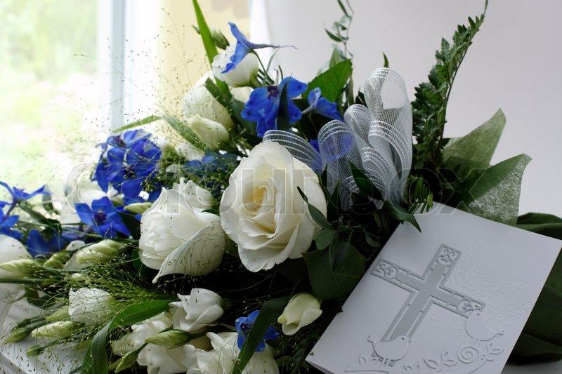 Beerdigung Bouquet mit blauen und weißen Blumen und Karte mit Kreuz ...