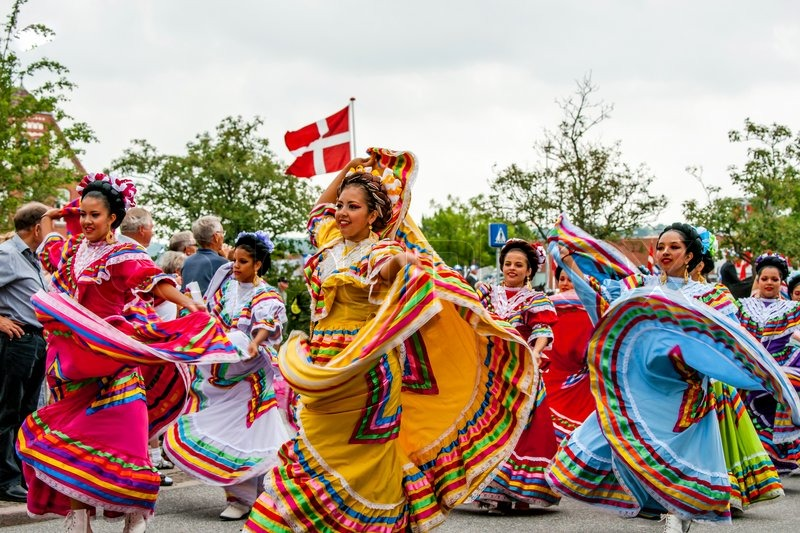 Mexikanische Folklore-Tänzer in bunte Kleider | Stockfoto | Colourbox