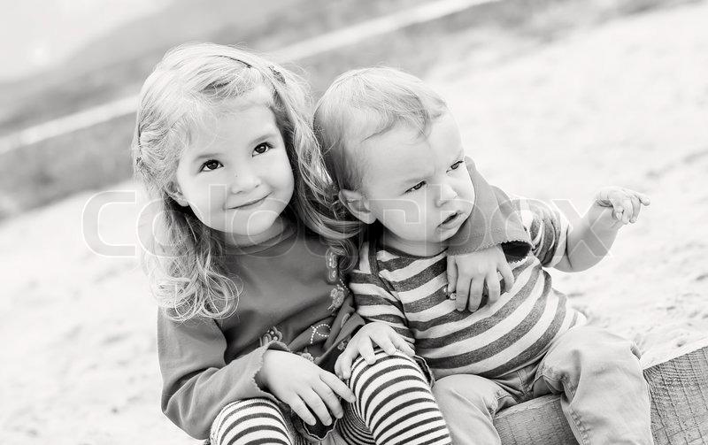 Briefe An Kleine Kinder : Süße kleine kinder knuddeln stockfoto colourbox