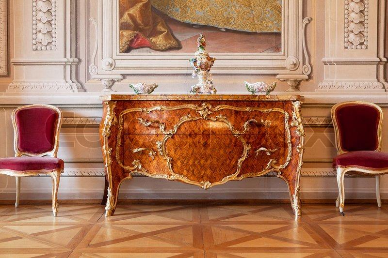 Luxus interior Schloss in Europa, Kommode und Stuhl | Stockfoto ...