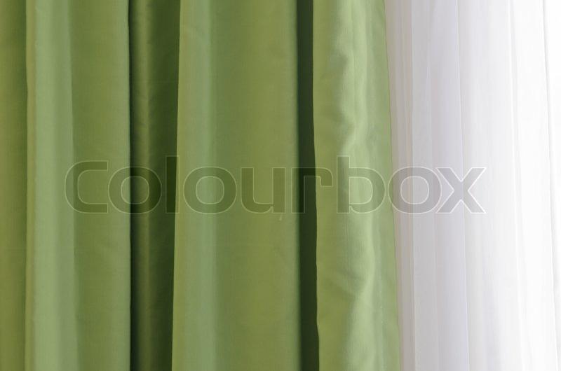 gr ne vorh nge mit sonnenlicht durch die fenster stockfoto colourbox. Black Bedroom Furniture Sets. Home Design Ideas