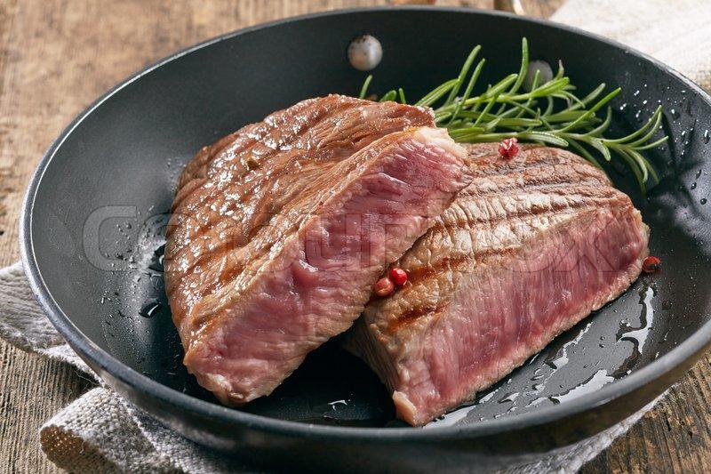 стейк из говядины на сковороде с розмарином