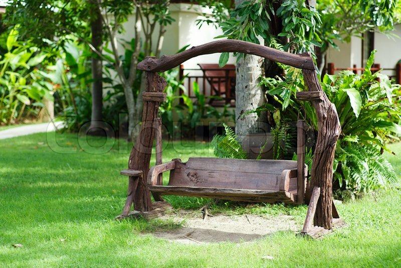 Cool Alte Holz Schaukel im grünen Garten | Stockfoto | Colourbox SJ48