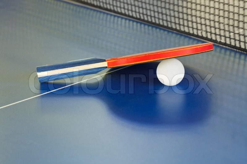 paddel tennisball auf blau ping pong tisch stockfoto. Black Bedroom Furniture Sets. Home Design Ideas