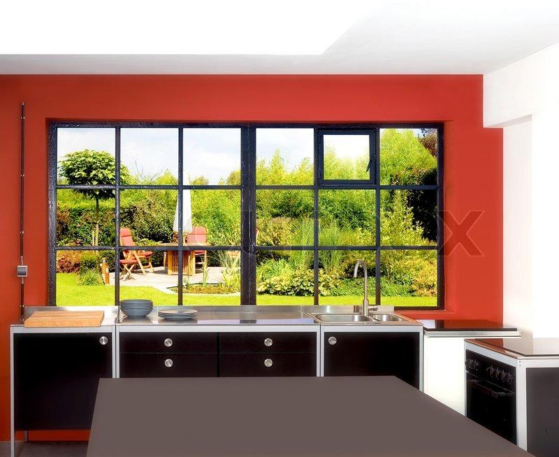 Loft Küche und Fenster-Rahmen mit Esstisch, Stühlen und pa ...