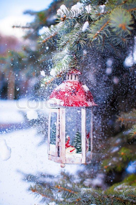 weihnachten laterne mit schneefall h ngt stockfoto. Black Bedroom Furniture Sets. Home Design Ideas