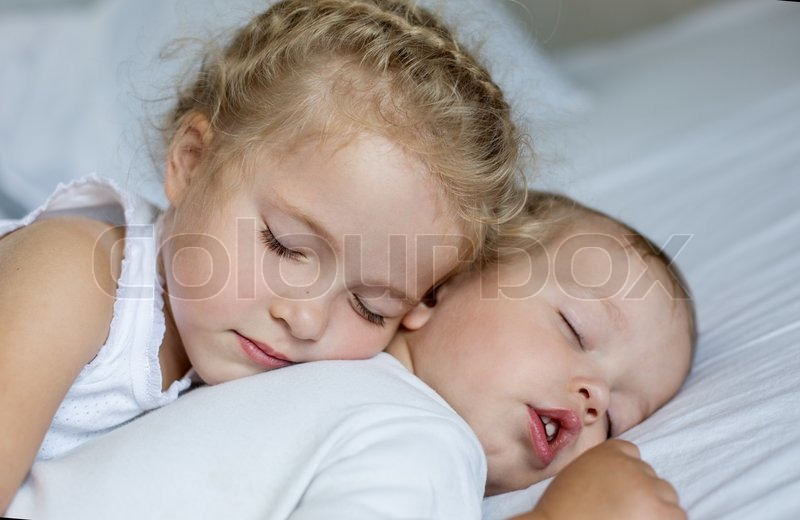 брат трахнул спящую сестру онлайн бесплатно