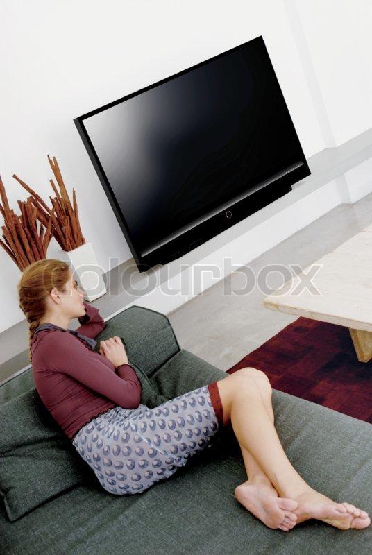 porno-u-televizora-na-divane