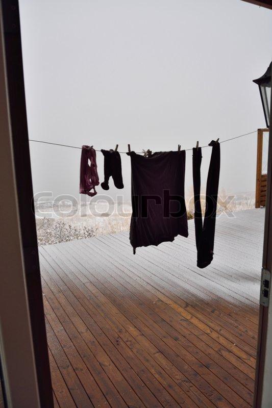 Stock foto af 'Vasketøjet på snoren i snevejr'