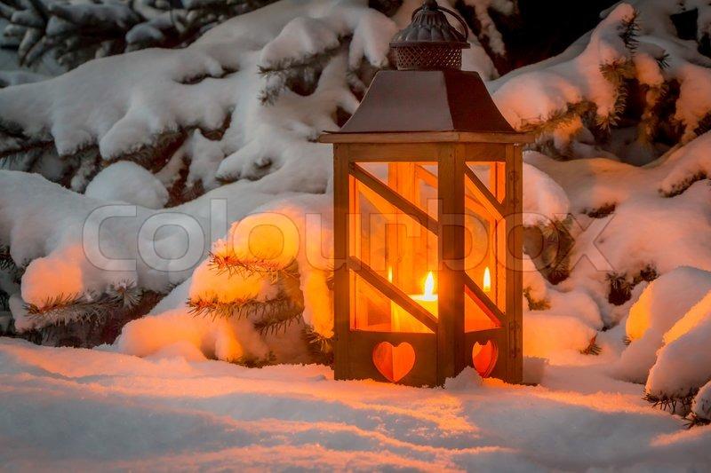 eine laterne leuchtet im schnee zu weihnachten. Black Bedroom Furniture Sets. Home Design Ideas