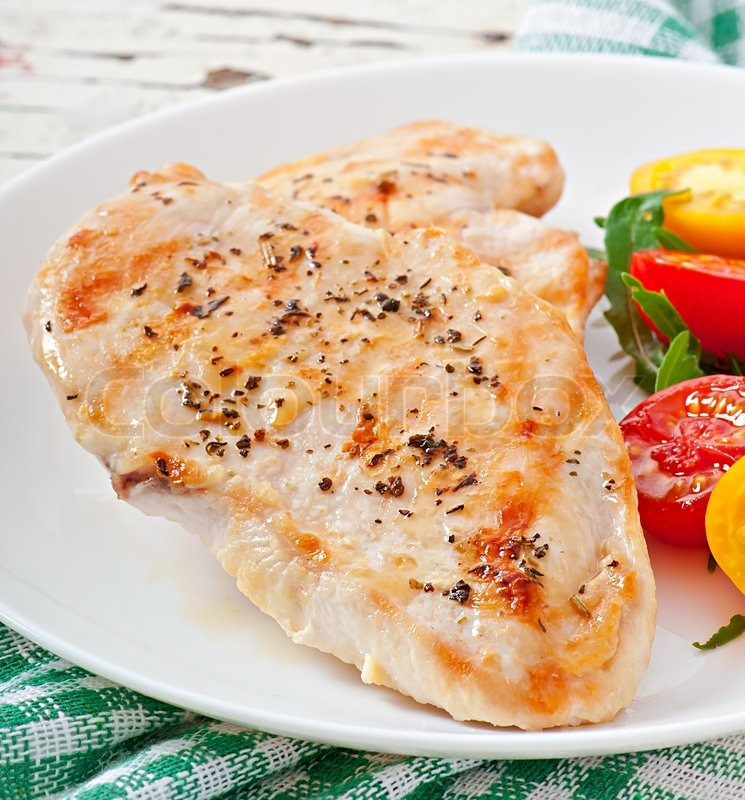 Stock image of 'Grilled chicken breasts and vegetables'
