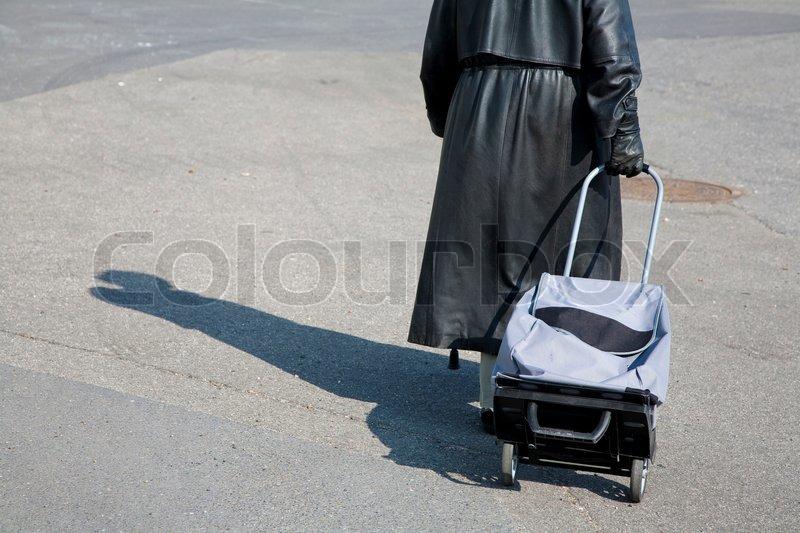 7b64495a017b30 Stock Bild von  Weibliche Senior mit ihrem Wagen auf dem Weg zum Einkaufen  - Dänemark