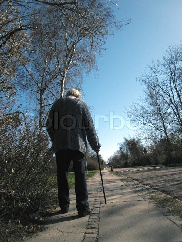 gammel mand med en stok nojne damer