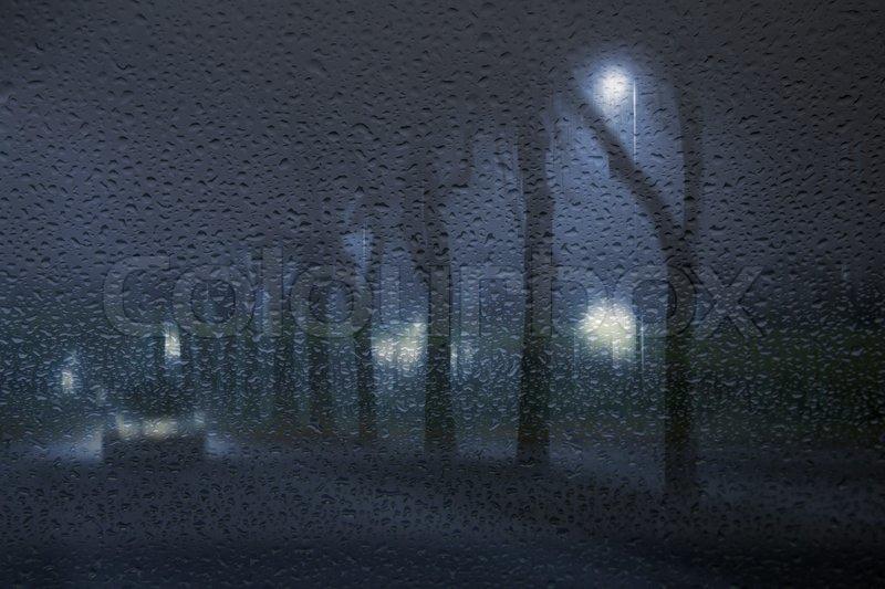 einsam auto in den nebligen regnerischen nacht durch eine. Black Bedroom Furniture Sets. Home Design Ideas