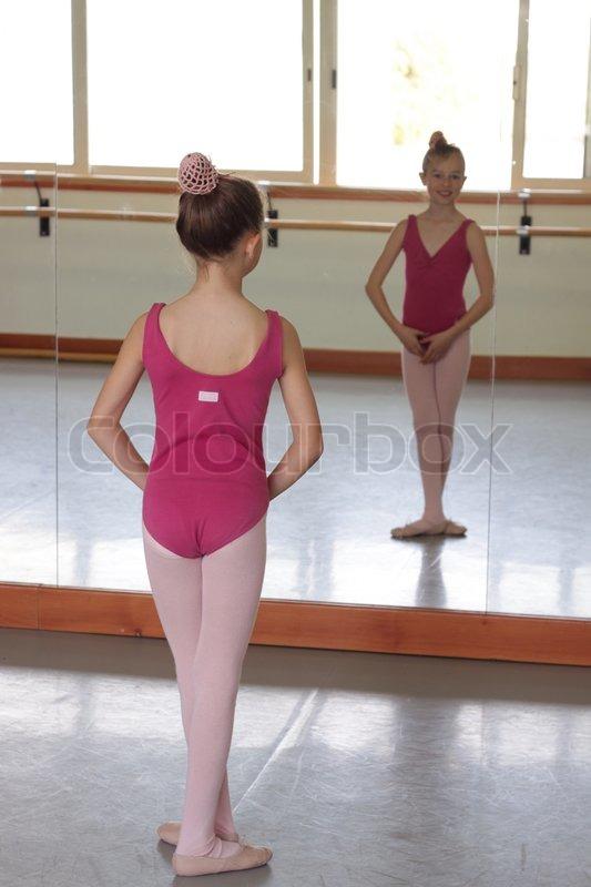 m dchen machen ballett vor spiegel im klassenzimmer stockfoto colourbox. Black Bedroom Furniture Sets. Home Design Ideas