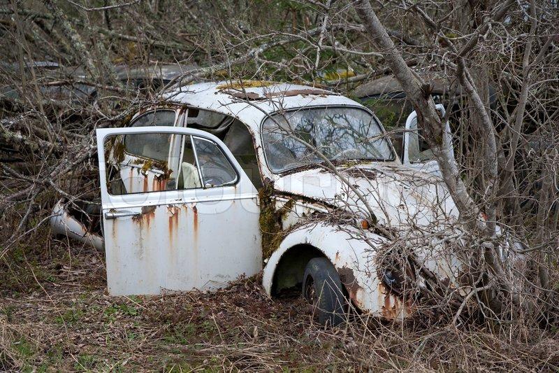 verlassene schrott auto liess in der stockfoto colourbox. Black Bedroom Furniture Sets. Home Design Ideas