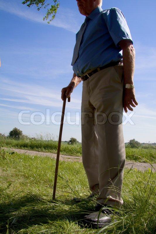 gammel mand med en stok 6