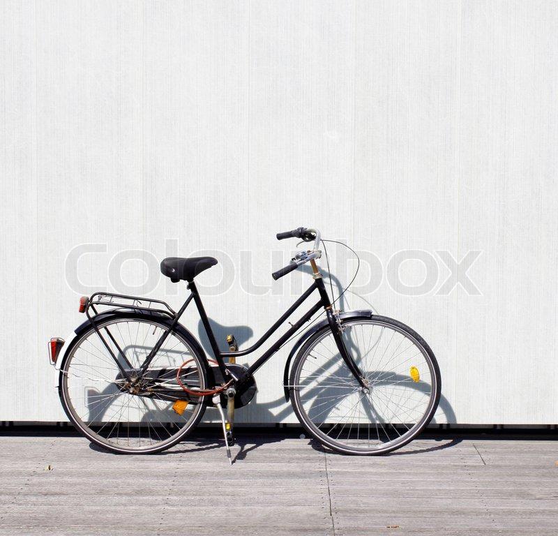 ein fahrrad an der wand gelehnt stockfoto colourbox. Black Bedroom Furniture Sets. Home Design Ideas