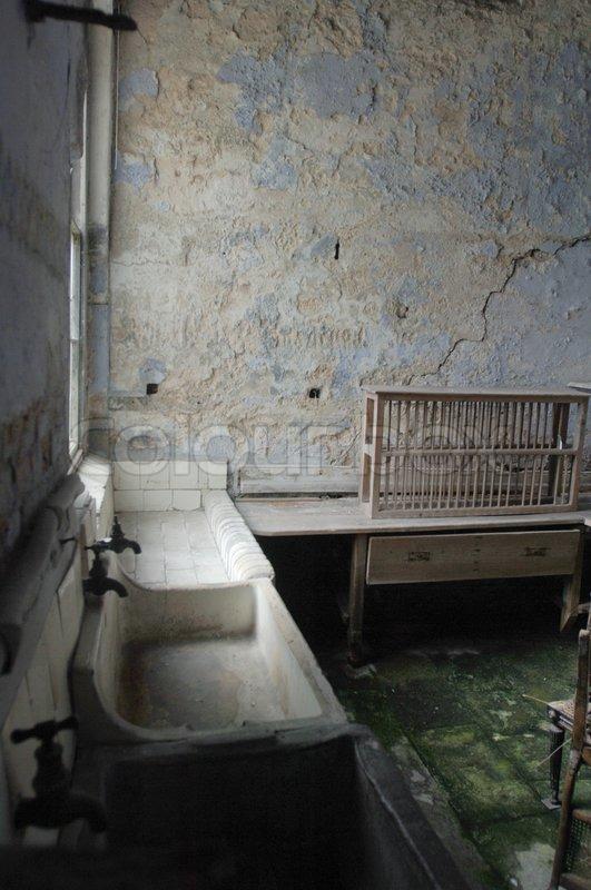 Blick auf Waschbecken in eine alte Küche | Stock-Foto | Colourbox