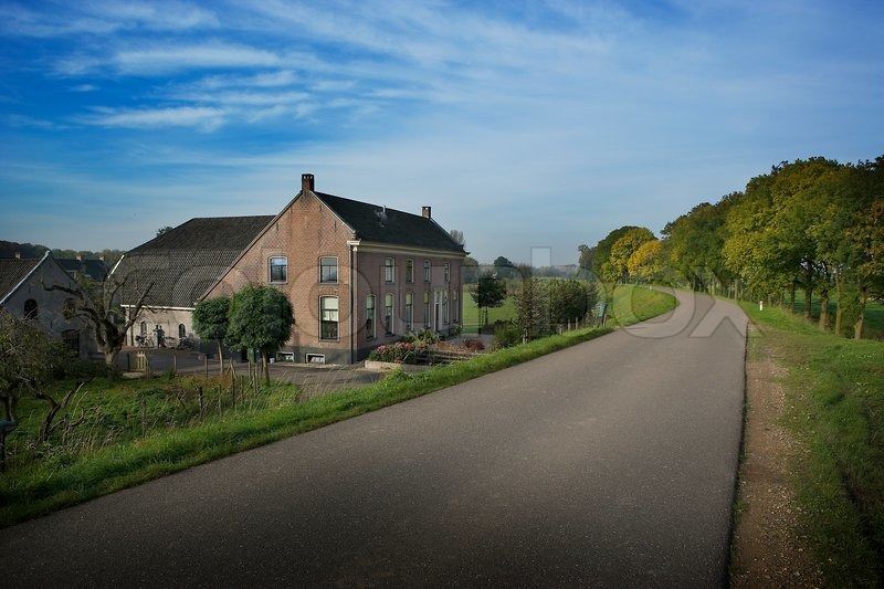Stock image of 'View of a large house next to empty road'