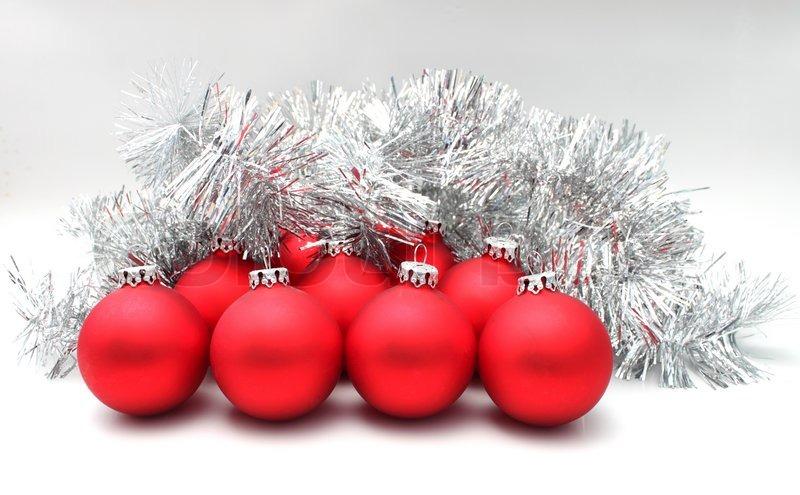 weihnachten kugeln rot matt silber lametta stockfoto. Black Bedroom Furniture Sets. Home Design Ideas