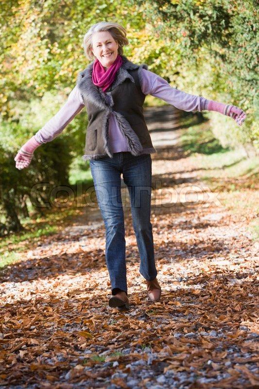 Senior Frau genießen Spaziergang durch  | Stock Bild