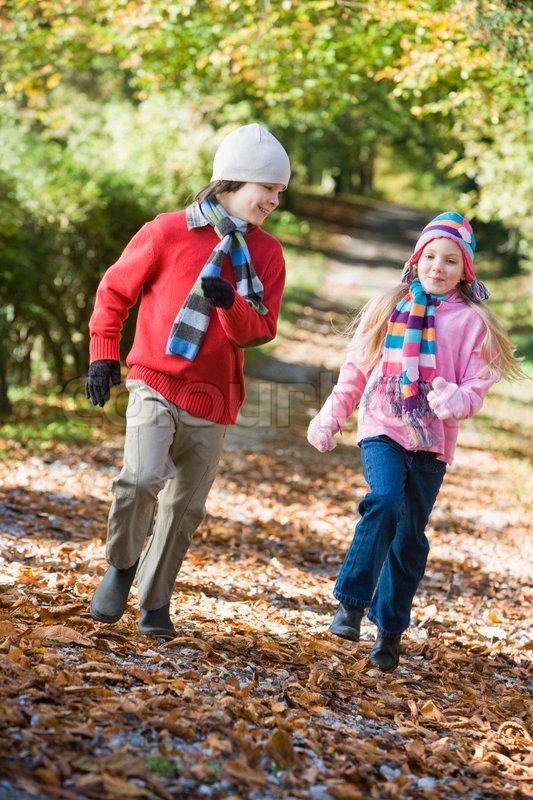 Zwei kinder spielen im herbst wald stockfoto colourbox for Herbst im kindergarten
