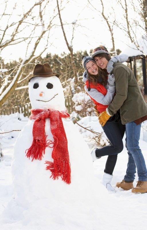Što biste radili s osobom iznad, prikaži slikom - Page 4 1239570-teenage-couple-building-snowman