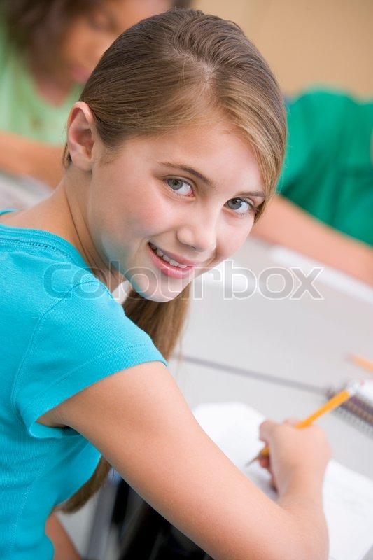 Weibliche grundschule sch ler schriftlich am schreibtisch for Schreibtisch grundschule