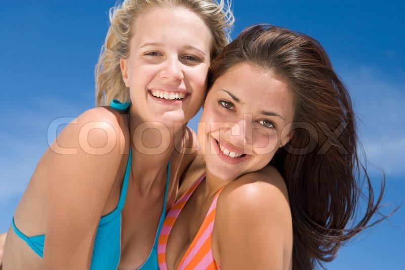 2d5b7f6ca34 Veninder på stranden sammen iført ... | Stock foto | Colourbox