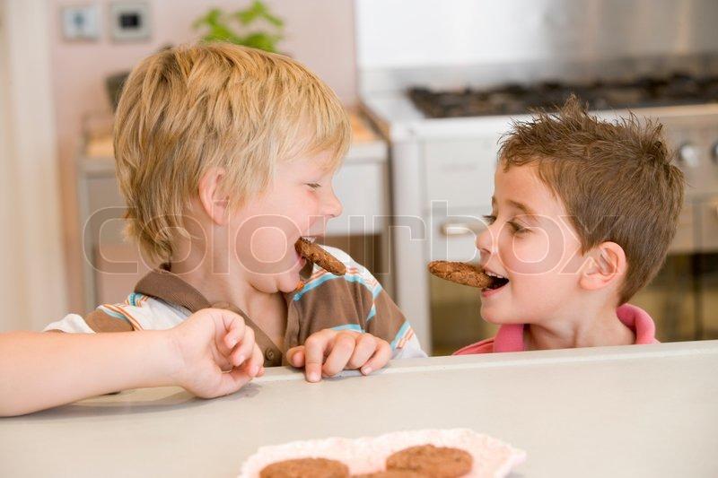 die jungen essen kekse zu hause stockfoto colourbox. Black Bedroom Furniture Sets. Home Design Ideas