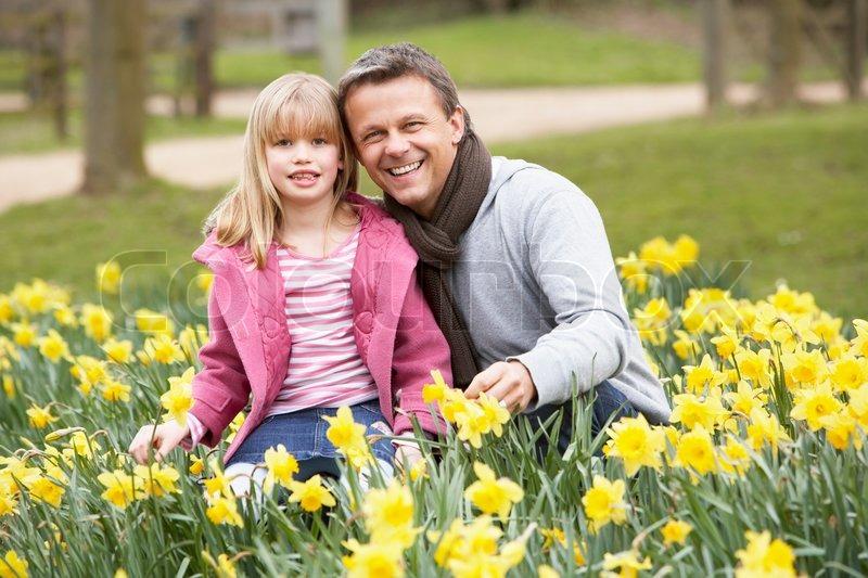Stock foto af 'Portræt af en far og hans datter i et hav af påskeliljer'