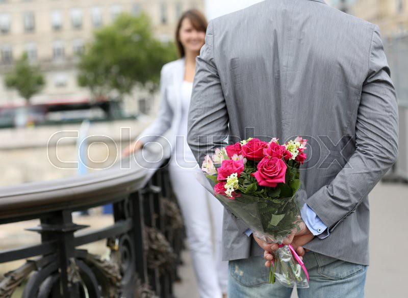 Фото как девушкам дарят цветы