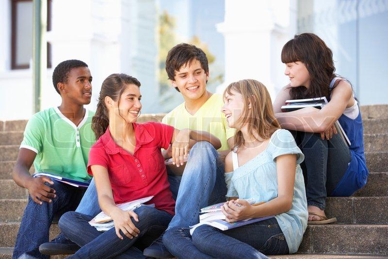 Junge Teenager und Freunde