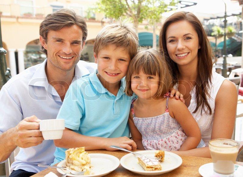 junge familie genie en kaffee und kuchen in caf. Black Bedroom Furniture Sets. Home Design Ideas