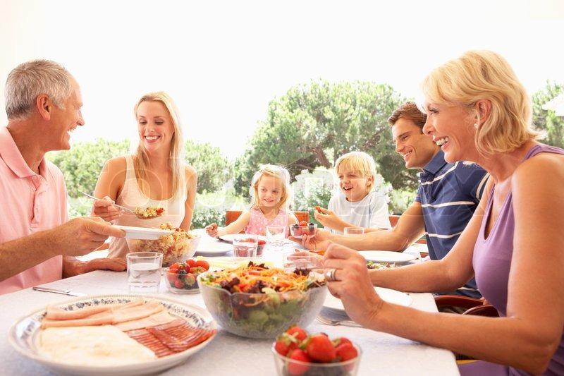 gro familie eltern gro eltern und kinder essen im freien stockfoto colourbox. Black Bedroom Furniture Sets. Home Design Ideas