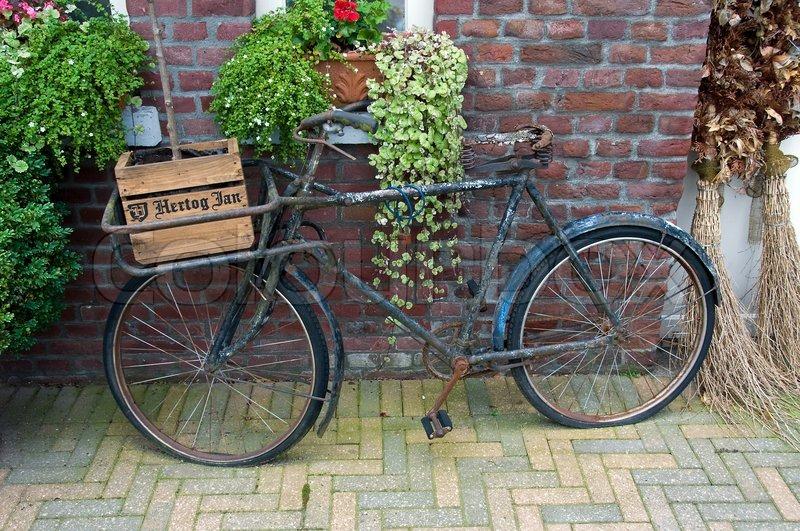 Altes fahrrad als dekoration in den niederlanden stockfoto colourbox - Dekoration fahrrad ...