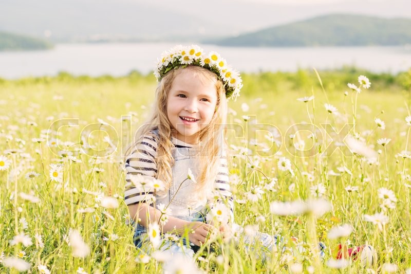 Stock image of 'happy little girl in the chamomile field in spring'