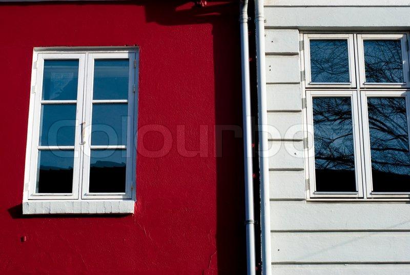 rote und wei e fassade mit fenstern aus einer d nischen st dtischen geb ude stockfoto colourbox. Black Bedroom Furniture Sets. Home Design Ideas