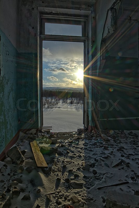 Stock image of 'Room in a ruined building in the winter'