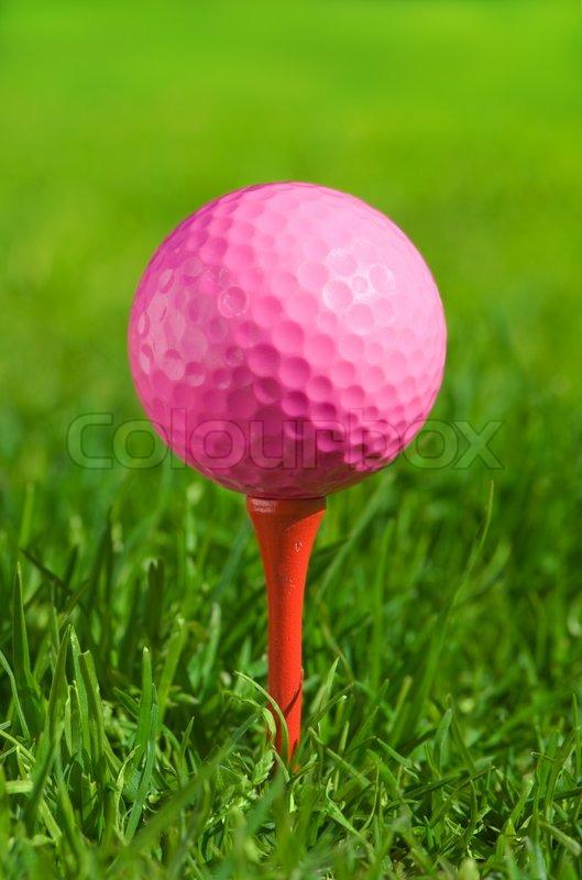 Rosa Golfball auf einem Tee über grünen Gras im Freien   Stockfoto ...