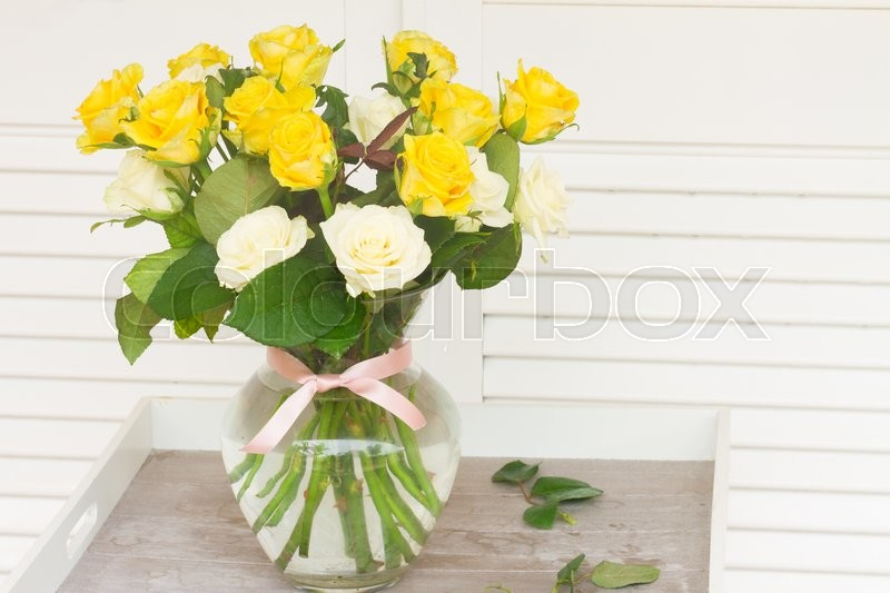 Stock image of 'bouquet of yellow and white fresh roses in vase  '
