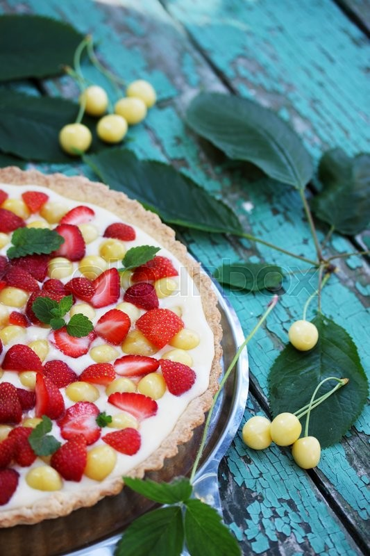 Stock image of 'cake with a shortcrust pastry, custard fruit cherries and strawberries'