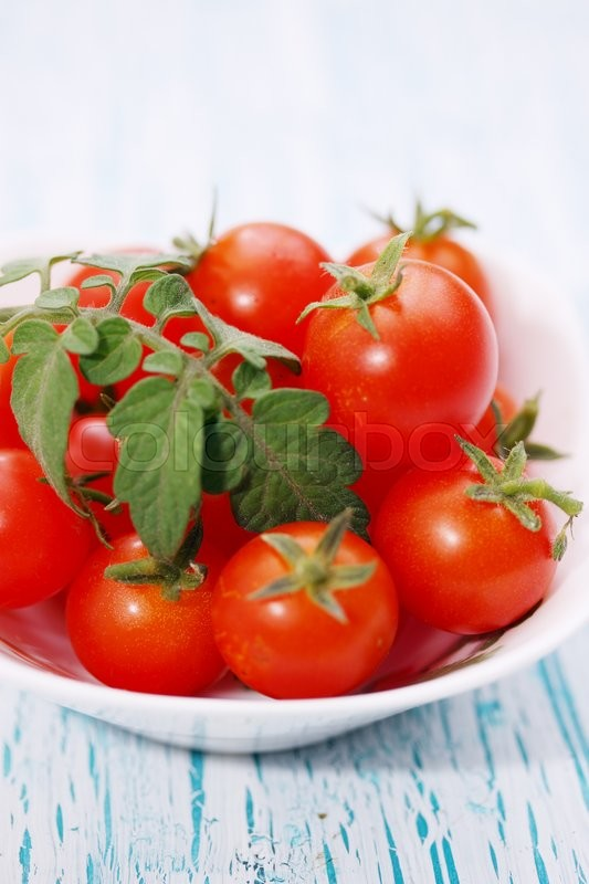 Stock image of 'small bowl of cherry tomatoes on the table'