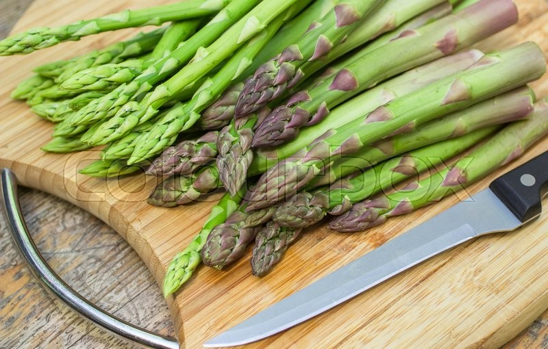 Stock image of 'fresh asparagus on a cutting Board. selective focus'